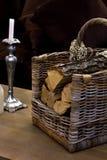 Вносит дальше корзину в журнал, ведро около дерева Нового Года Стоковое Изображение