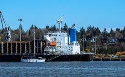 Внося в журнал корабль на порте стоковые фотографии rf