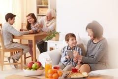 Внуки навещая их деды стоковое изображение rf