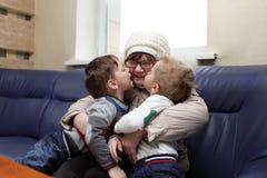 Внуки целуя их бабушку стоковая фотография