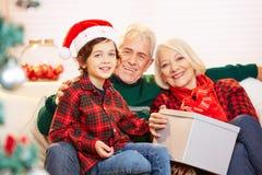 Внук и деды празднуя рождество стоковые изображения