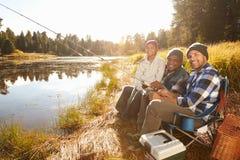 Внук с рыбной ловлей отца и деда озером Стоковые Фото