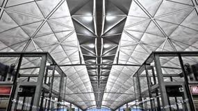 Внутреннее здание крупного аэропорта Стоковая Фотография
