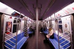 Внутреннее метро Нью-Йорка на ночном с немногими пассажир Стоковое Фото