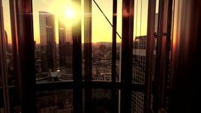 Внутреннее современное администраривное администраривн офиса вид на город небоскреба