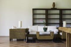 Внутреннее художественное оформление мебели ротанга и древесины стоковое фото rf