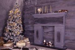 Внутреннее художественное оформление с коробками рождества, камин рождества Стоковое Изображение RF