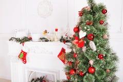Внутреннее художественное оформление с носками рождества, камин рождества Стоковые Фотографии RF