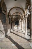 Внутренние двор и коридор в городке Дубровника старом Стоковые Изображения RF