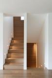 Внутренние, деревянные лестница и пол партера стоковое фото