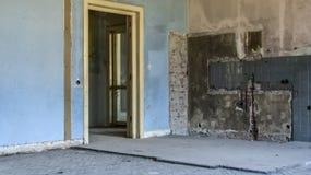 Внутренние стены покинутого дома частично сокрушенного до реновации Стоковая Фотография