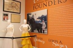 Внутренние экспонаты с одетыми манекенами покрывая моду в истории танца, Национального музея танца, Saratoga, Нью-Йорка, 2018 стоковые изображения