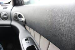 Внутренний автомобиль бюджета автомобильная дверь изнутри стоковое изображение