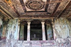 Внутренний взгляд виска Ravanaphadi вырезанного в скале, Aihole, Bagalkot, Karnataka Восхитительно высекаенный высекаенный потоло стоковые фотографии rf