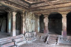 Внутренний взгляд виска Ravanaphadi вырезанного в скале, Aihole, Bagalkot, Karnataka Восхитительно высекаенный потолок matapa, вы стоковая фотография rf