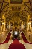 Внутренний взгляд главной лестницы венгерского здания парламента в Б стоковое изображение rf