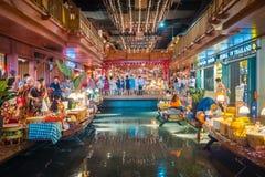 Внутренний взгляд ЗНАЧКА СИАМА, новые торговый центр и ориентир Бангк стоковые изображения