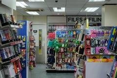Внутренний взгляд известной книги и газетных киоскеров показывая разнообразие продуктов на дисплее стоковая фотография