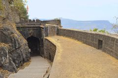 Внутренний взгляд строба парадного входа форта Ajankyatara, Satara, махарастры, Индии стоковая фотография