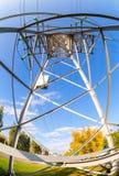 Внутренний взгляд структуры под башней передачи энергии стоковая фотография rf