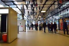 Внутренний взгляд центральной станции Амстердама Стоковые Фотографии RF