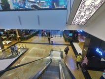 Внутренний взгляд эскалатора идя вниз в торговый центр эмиратов в Дубай, ОАЭ стоковое фото rf