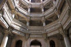 Внутренний взгляд Ni Vav Stepwell или Rudabai Stepwell Adalaj Построенный в 1498 Раной лавируйте Singh 5 рассказов глубоко Ахмада стоковое изображение