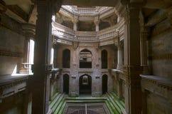 Внутренний взгляд Ni Vav Stepwell Adalaj, или Rudabai Stepwell Построенный в 1498 затейливо высекает и 5 рассказов глубоко Ahmeda стоковое фото rf