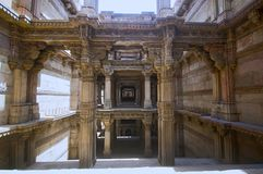 Внутренний взгляд Ni Vav Stepwell Adalaj, или Rudabai Stepwell Построенный в 1498 затейливо высекает и 5 рассказов глубоко Ahmeda стоковое фото