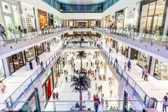Внутренний взгляд мола Дубай - торгового центра мира самого большого Стоковое Изображение RF