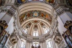 Внутренний взгляд собора купол-Австрии Зальцбурга стоковые фото