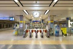 Внутренний взгляд станции MRT стоковая фотография