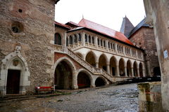 Внутренний вызванный замок Hunedoara, замком Corvin в Transilvania Стоковые Фотографии RF