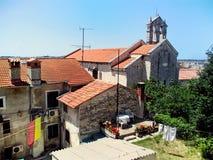 Внутренний двор далматинского города в Хорватии Стоковые Изображения RF