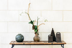 Внутренний декоративный орнамент расположения с колоколами орхидеи и керамическим шариком Стоковые Фото