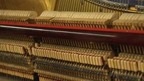 Внутренний играя рояль с раскрытыми строками и молотками og механизма акции видеоматериалы