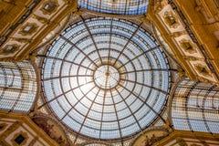 Внутренний купол галереи Vittorio Emanuele II, торгового центра около квадрата Duomo, милана, Италии стоковая фотография rf