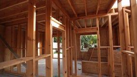 Внутренний обрамлять нового дома под конструкцией акции видеоматериалы