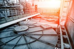 Внутренний современный завод обработки сточных вод Закрытый резервуар нечистот с грязной водой стоковое фото
