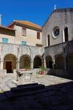Внутренний суд старого монастыря на острове Kosljun близко к Punat, Хорватии стоковые изображения
