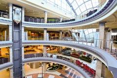 Внутренний торговый комплекс мебели грандиозный Торговый центр мебели ГРАНДИОЗНЫЙ - самая большая специальность s Стоковые Изображения RF