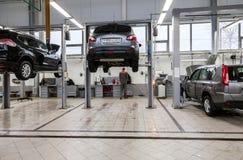 Внутренность в станции обслуживания ремонта автомобилей официального торговца Стоковое фото RF
