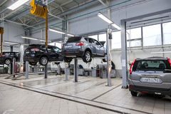 Внутренность в станции обслуживания ремонта автомобилей официального торговца Стоковые Фото