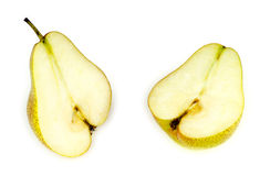 Внутренность мягкой, вкусной и сочной груши, уменьшанный вдвое, изолированной на белизне Стоковые Фото