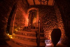 Внутренность старого страшного покинутого особняка Лестница и колоннада Силуэт положения призрака ужаса на лестницах замка к base стоковая фотография