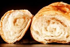 Внутренность хлеба круассана помещенная на таблице Стоковое Фото