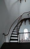 Внутренняя винтовая лестница и сдобренное окно внутри маяка Piedras Blancas на центральном побережье Калифорнии Стоковое Изображение