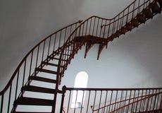 Внутренняя винтовая лестница и сдобренное окно внутри маяка Piedras Blancas на центральном побережье Калифорнии Стоковые Фото