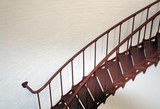 Внутренняя винтовая лестница маяка Piedras Blancas на центральном побережье Калифорнии Стоковое фото RF
