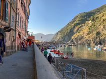 Внутренняя гавань Vernazza, Cinque Terre Италия, в после полудня стоковая фотография rf